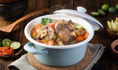Sop buntut Surabaya tersaji di mangkuk.