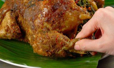 Menikmati Ayam Betutu dengan tangan.