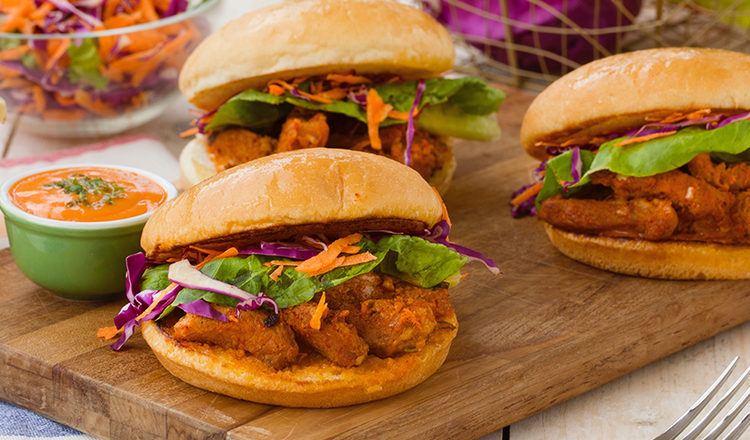 Beef Bulgogi Burger tersaji di atas talenan.