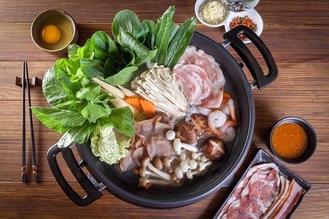 Hotpot lengkap dengan daging dan sayuran dan berbagai jenis jamur.