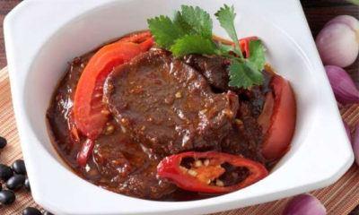Krengsengan Lidah Sapi sebagai hidangan pendamping.