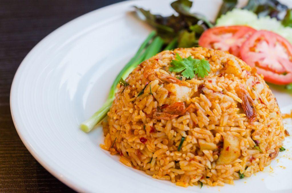 Praktis dan mengenyangkan, nasi goreng pedas komplit juga cocok untuk bekal perjalanan jauh.