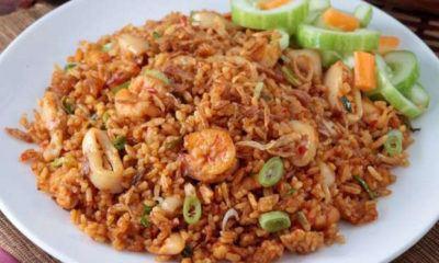 Nasi goreng seafood bumbu Jawa Timur tersaji dalam piring.