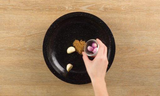 Mengulek bumbu serundeng untuk Nasi Ulam Betawi