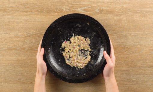 Mempersiapkan bahan semur tahu untuk Nasi Ulam Betawi.