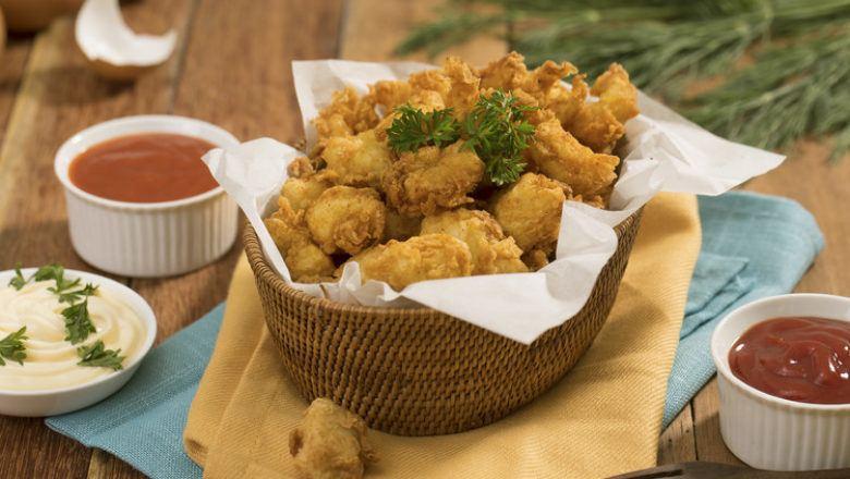 Popcorn Ikan Dori tersaji dalam keranjang.