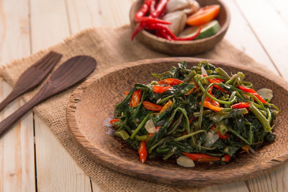Tumis kangkung adalah salah satu dari resep tumis paling praktis.