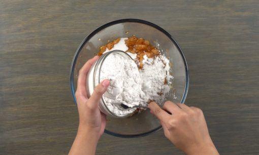 Menambahkan tepung pada adonan Sempol Ayam Bumbu Rujak.