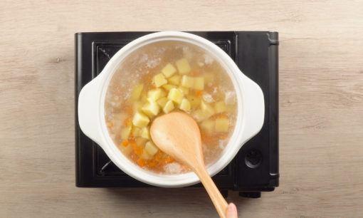 Merebus sayuran untuk Sop Kacang Merah Fusilli.