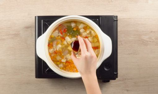 Menambahkan bumbu pada Sop Kacang Merah Fusilli.