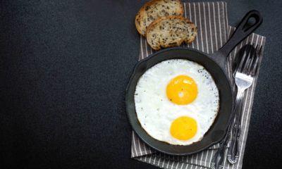 Telur mata sapi tersaji untuk makan pagi.