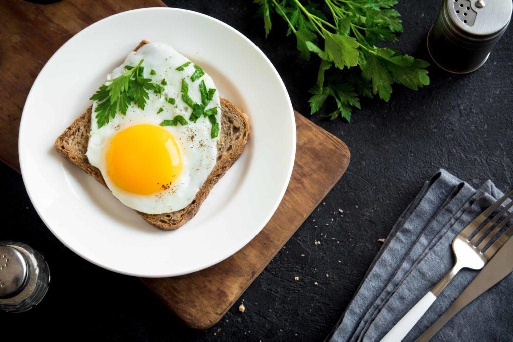 Telur mata sapi tersaji dengan roti bakar.