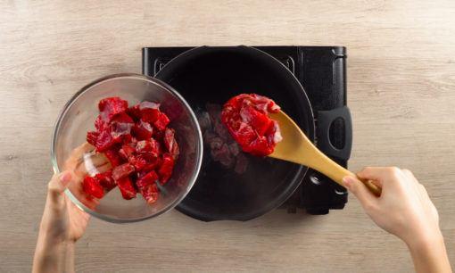 Merebus daging untuk sate Padang.