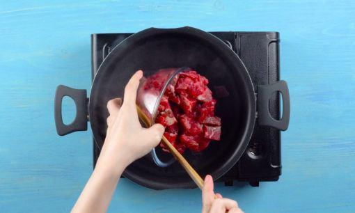 Merebus daging sapi untuk Soto Madura.