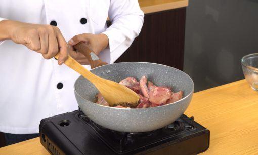 Membumbui ayam untuk nasi kebuli ayam.