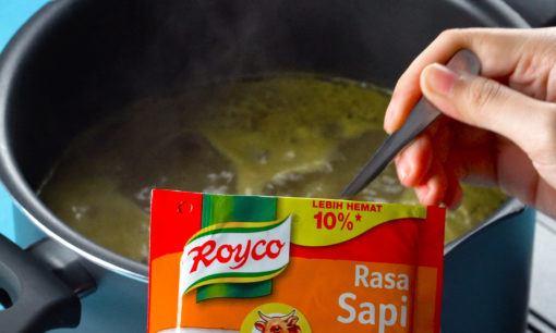 Membumbui Soto Madura dengan Royco dan Bango.