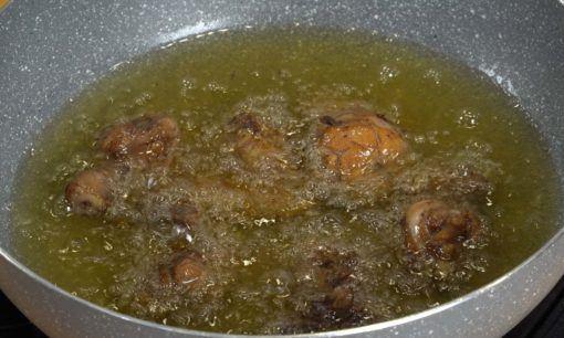 Menggoreng ayam untuk nasi kebuli ayam.