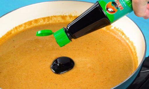Membubuhkan kecap pada cilok bumbu kacang.