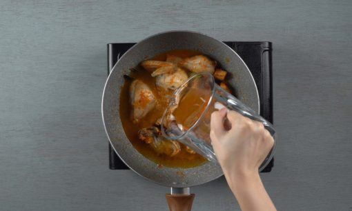 Menambahkan air ke dalam bumbu ayam rica pedas manis.