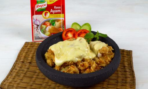Menyajikan ayam geprek mozzarella di atas cobek.