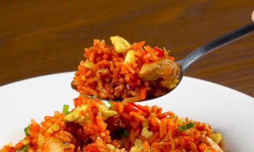 Menikmati Nasi Goreng Merah khas Makassar.