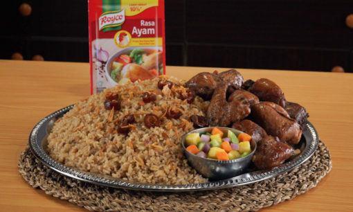 Nasi kebuli ayam siap untuk disantap.