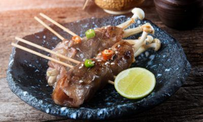 Jamur enoki gulung daging sapi dengan saus cabai.