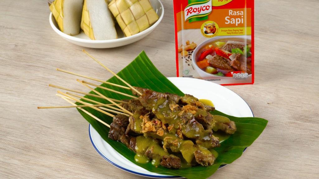 Sate Padang tersaji di meja.
