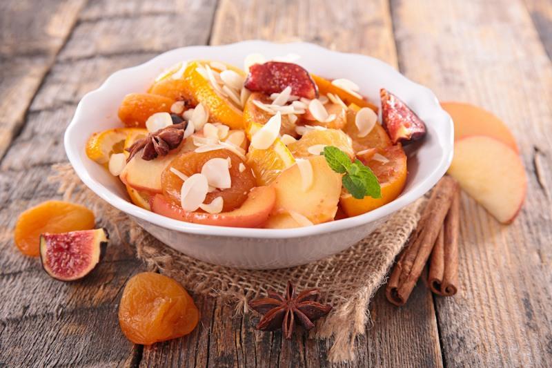 Cara membuat salad buah menggunakan topping.