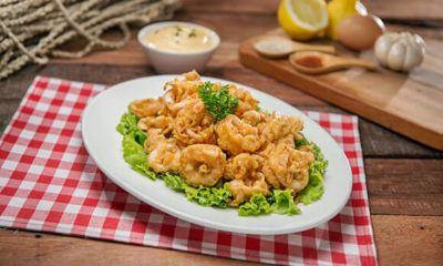 Cumi Crispy Saus Madu tersaji dengan menu seafood.
