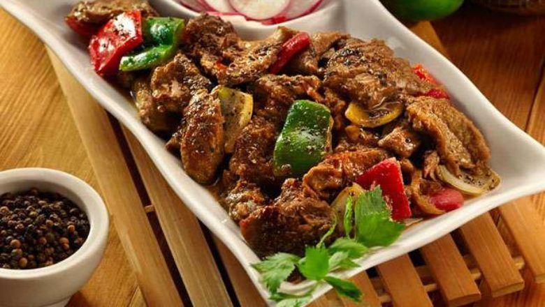 Daging kambing masak lada hitam yang cocok untuk acara kumpul keluarga.