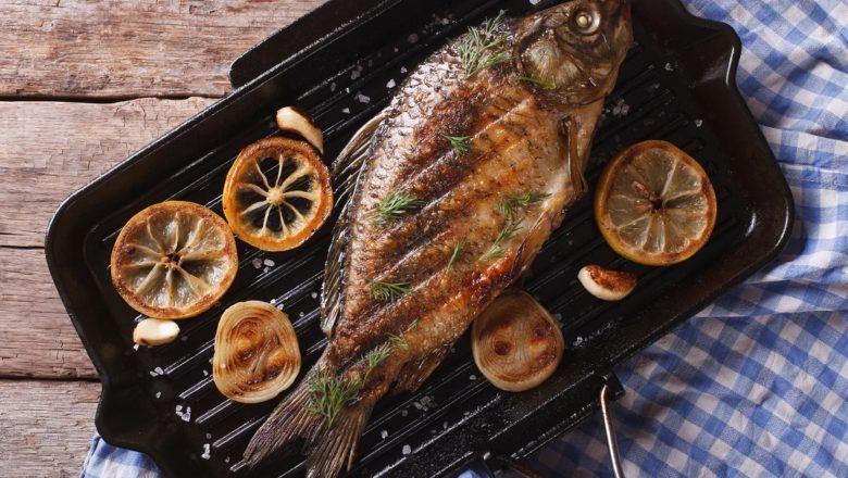 Siapkan sambal sebagai pendamping ikan bakar Makassar.