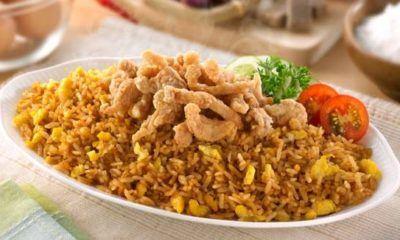 Nasi goreng crispy dengan daging ayam.