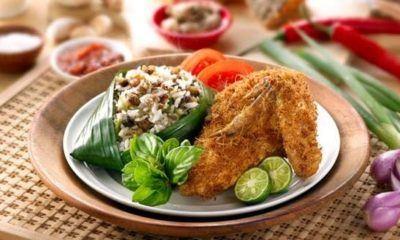 Nasi Tutug Oncom tersaji dengan masakan khas Sunda.