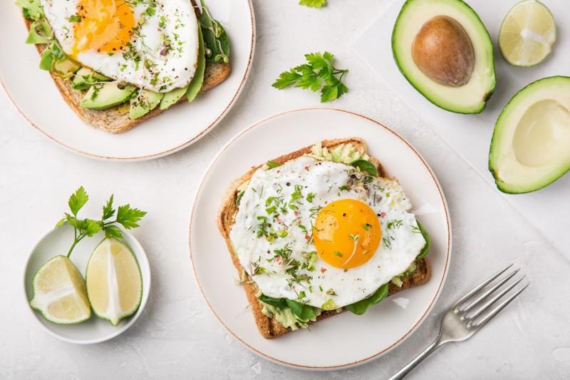 Avokad, obat kolesterol alami sebagai roti bakar.