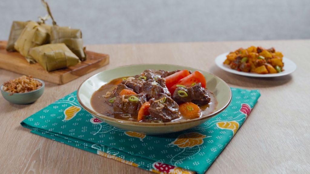 Semur daging khas Pontianak disajikan.