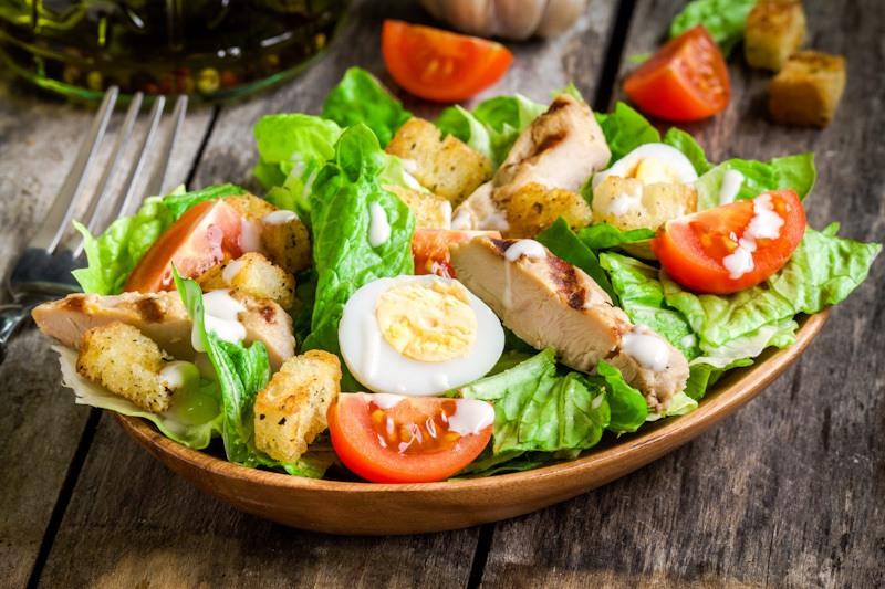 Cara membuat salad sayur Caesar.