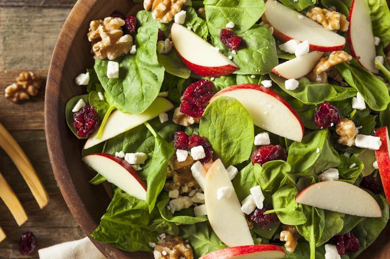 Cara membuat salad sayur dengan buah apel.
