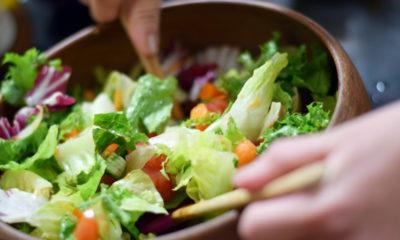 Cara membuat salad sayur di rumah.