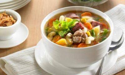 Sup makaroni nanas tersaji di dalam mangkuk.