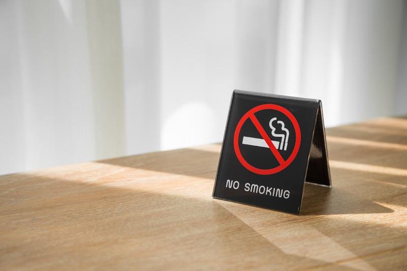 Tanda no smoking di atas meja.