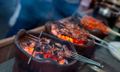 Wisata kuliner Jogja, sate klatak tengah dibakar.