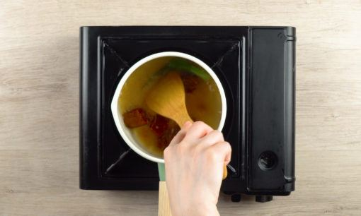 Merebus gula dan pandan untuk kue cucur.