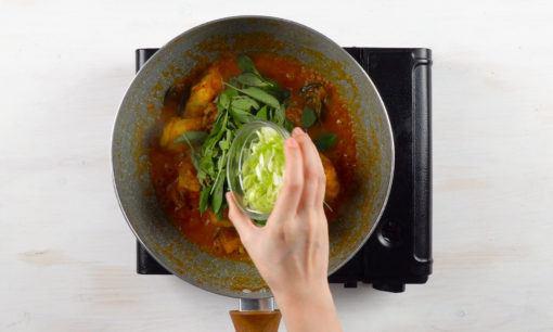 Menumis herba untuk ayam woku.