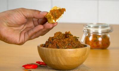 Menikmati sambal roa sebagai cocolan tahu goreng.