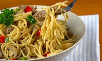 Menikmati spaghetti bumbu rendang.