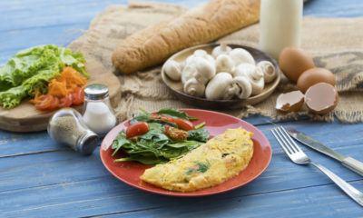 Dadar telur keju untuk menu sarapan..
