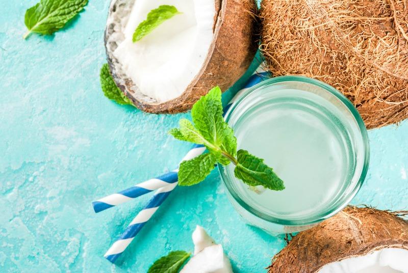 Manfaat air kelapa segar.