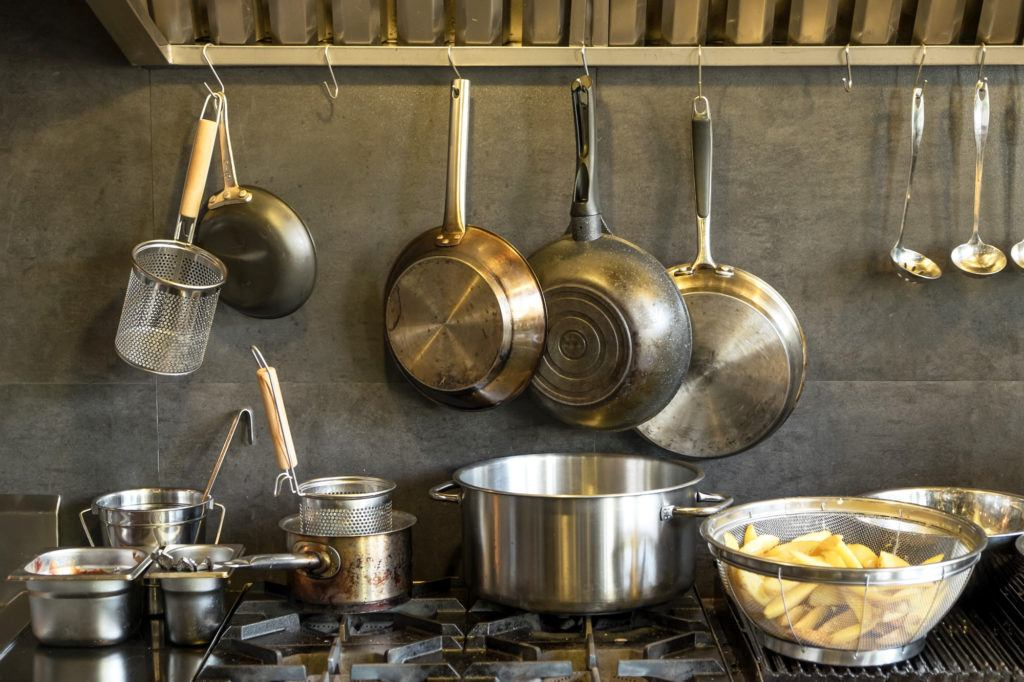 Panci stainless steel berjejer di dapur.