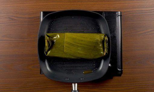 Memanggang pepes ikan mas.